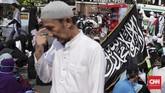 Massa yang tergabung dalam Persaudaraan Alumni 212, Front Pembela Islam (FPI) dan Gerakan Nasional Pengawal Fatwa (GNPF) Ulama berunjuk rasa dalam Aksi Bela Islam 64di Jakarta, Jumat (6/4), menuntut Sukmawati Soekarnoputri diadili. (CNN Indonesia/Hesti Rika)