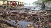 Pasca terjadinya kebakaran pipa minyak bawah air di perairan Teluk Balikpapan, PT Pertamina melakukan penanggulangan pencemaran minyak agar tidak semakin meluas. (ANTARA FOTO/Sheravim)