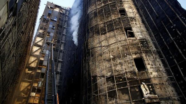 Petugas pemadam kebakaran berusaha menguasai api beberapa jam setelah api melahap atap Rumah Sakit Penelitian dan Pelatihan Taksim, Gaziosmanpasa, wilayah utara Istanbul. (REUTERS/Osman Orsal)
