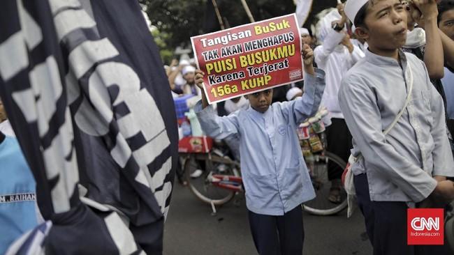 Polda Metro Jayamengerahkan sekitar 6.000 personel untuk mengamankan Aksi 64. Sejak awal hingga aksi selesai, tidak ada insiden berarti.(CNN Indonesia/Adhi Wicaksono)