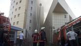 Wali Kota Gaziosmanpasa, Hasan Tahsin Usta menyatakan api mulai menyebar ke luar gedung dan berhasil dikuasai. Tak ada korban dalam insiden tersebut dan 70 pasien telah dievakuasi ke rumah sakit terdekat. (REUTERS/Osman Orsal)