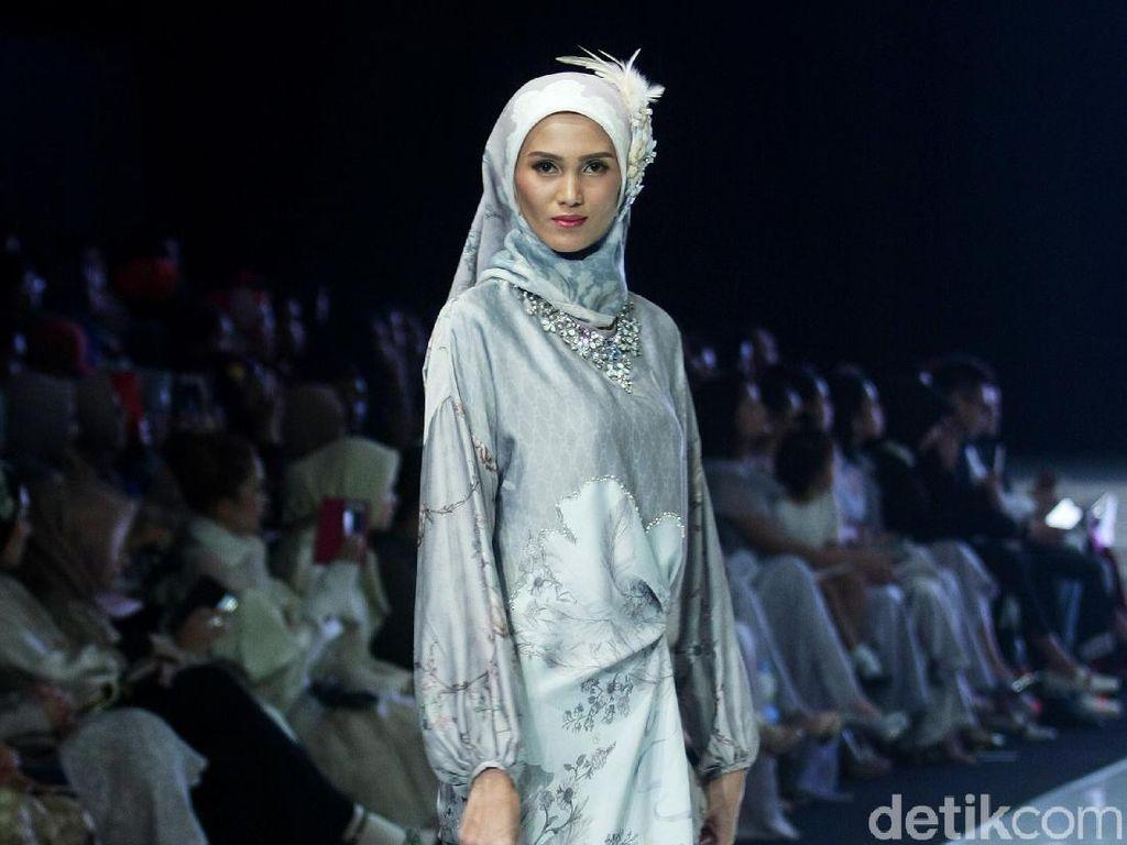 Foto: 12 Koleksi Busana Muslim Terbaru Ria Miranda Terinspirasi Angsa