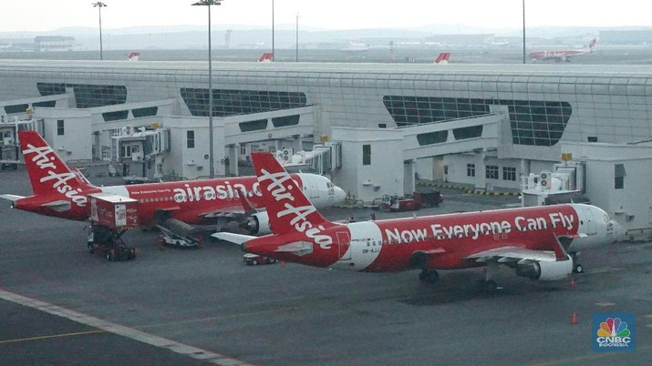 Otoritas bursa menjelaskan, suspensi dilakukan lantaran AirAsia belum memenuhi ketentuan jumlah saham beredar di publik (free float) sebesar 7,5%