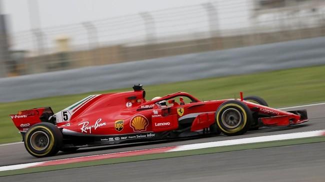 Sebastian Vettel bertekad meraih podium pertama lagi di GP Bahrain. Peluang itu terbuka setelah Lewis Hamilton dihukum penalti di posisi kelima. (REUTERS/Hamad I Mohammed)