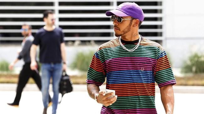 Lewis Hamilton berusaha rileks di Bahrain jelang melakoni balapan di Sirkuit Internasional Bahrain, Minggu (8/4).(REUTERS/Hamad I Mohammed)