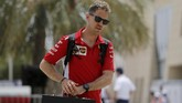 Sebastian Vettelbersiap menuju latihan bebas pertama di Sirkuit Internasional Bahrain. Vettel sukses mengalahkan Lewis Hamilton meraih podium pertama di gelaran perdana F1 2018 di Australia.(REUTERS/Hamad I Mohammed)