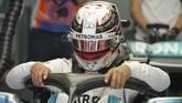 Lewis Hamilton mengecek kemudi di mobilnya untuk memastikan semua berjalan lancar. (REUTERS/Hamad I Mohammed)