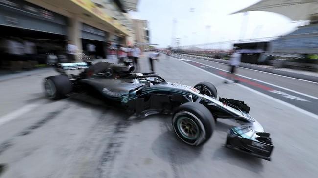 Sisi sayap kiri mobil Lewis Hamilton patah usai menjalani latihan bebas pertama, Jumat (6/4) di Sirkuit Internasional Bahrain. (REUTERS/Hamad I Mohammed)