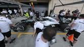 Tim teknisi Mercedes memeriksa mobil Lewis Hamilton. FIA menghukum Hamilton penalti turun lima tingkat di kualifikasi GP Bahrain karena melakukan pergantian gearbox di luar standar regulasi balapan. (REUTERS/Hamad I Mohammed)