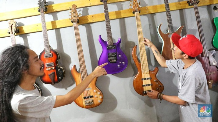 Harga yang dijual untuk pembuatan gitar custom dipatok dari harga Rp 3 juta hingga pernah terjual dengan harga Rp 40 juta.