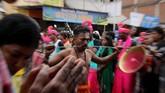 Ritual itu pun menjadi salah satu daya tarik wisata di Aceh. Menonton ritual itu, wisatawan juga melihat betapa umat Islam dan Hindu, mayoritas dan minoritas di Serambi Mekkah, bisa tetap hidup berdampingan bahkan saling menghormati. (Khalis Surry - Anadolu Agency)