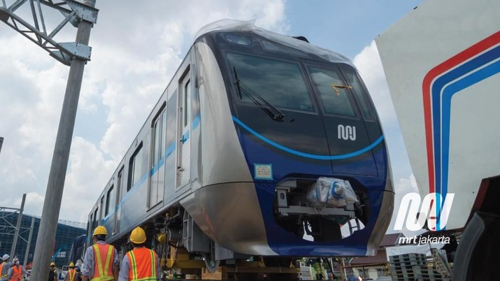 Tiga kereta Mass Rapid Transit (MRT) telah tiba di Depo MRT di Lebak Bulus, Jakarta, Minggu (8/4/2018) dini hari. (twitter @mrtjakarta)