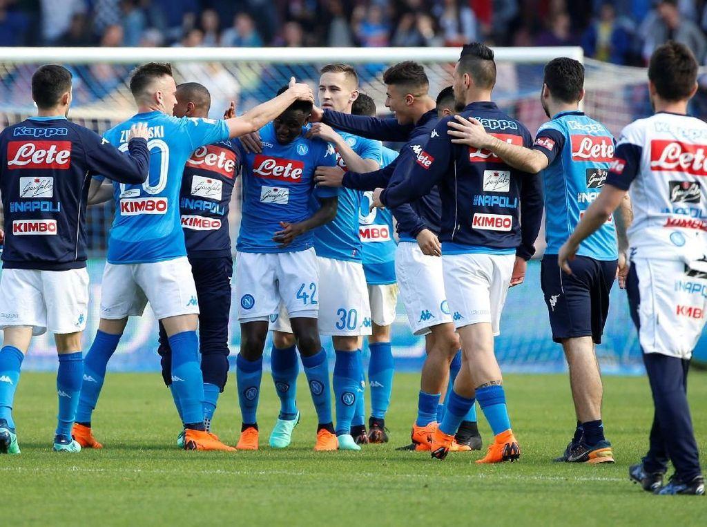 Serie A telah sampai di giornata ke-32 dan Napoli masih duduk di posisi kedua untuk bersaing dengan Juventus dalam perebutan Scudetto. Partenopei sejauh ini baru kebobolan 21 kali. (Foto: Ciro De Luca/Reuters)