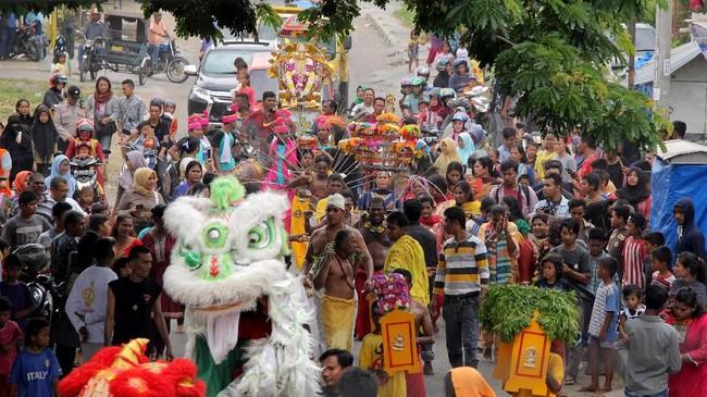 Di Aceh, Thaipusam diselenggarakan di Kuil Palani Andawa Gampong Peulanggahan. Umat Hindu beribadah di kuil, lalu mengarak arca Dewa Muruga melintasi jalanan Aceh. Saat beribadah, musik etnis khas India dan atraksi barongsai mengiringi. (Khalis Surry - Anadolu Agency)