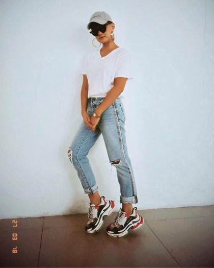 Tren Dad Sneakers, 8 Artis Indonesia Ini Pakai Sneakers Seharga Motor