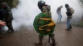 Polisi menggunakan gas air mata untuk mengusir para pegiat anti-kapitalis tersebut. (REUTERS/Stephane Mahe)