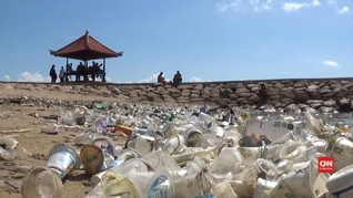 VIDEO: Pantai Sanur Dipenuhi Botol Plastik