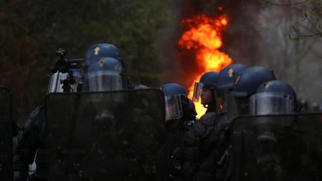 Sekitar 2.500 polisi melakukan penggerebekan jelang fajar di Notre-Dame-des-Landes untuk mengusir pegiat yang menghuni lokasi itu untuk mencegah pembangunan bandara. (REUTERS/Stephane Mahe)