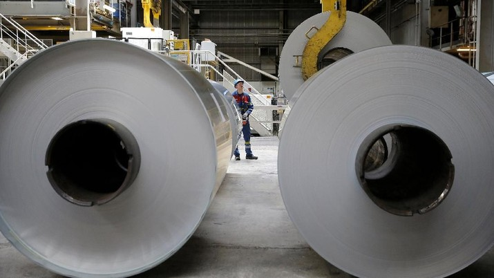 Ketegangan hubungan dagang AS dan China yang terus berlangsung makin menurunkan volume perdagangan dunia serta menekan harga komoditas.