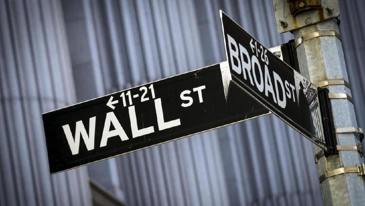 Street signs for Wall St. and Broad St. hang at the corner outside the New York Stock Exchange March 24, 2015. Street signs for Wall St. and Broad St. hang at the corner outside the New York Stock Exchange March 24, 2015. REUTERS/Brendan McDermid