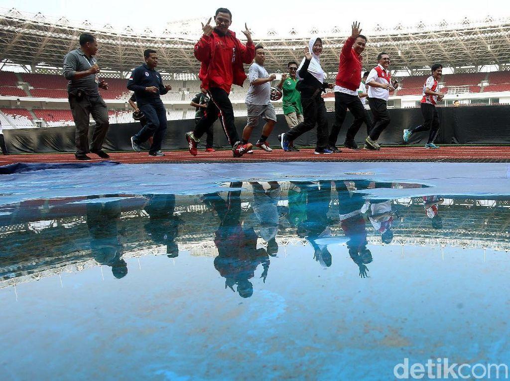 Imam Nahrawi bersama pegawai juga melakukan lari jogging di dalam Stadion Utama Gelora Bung Karno (SUGBK).