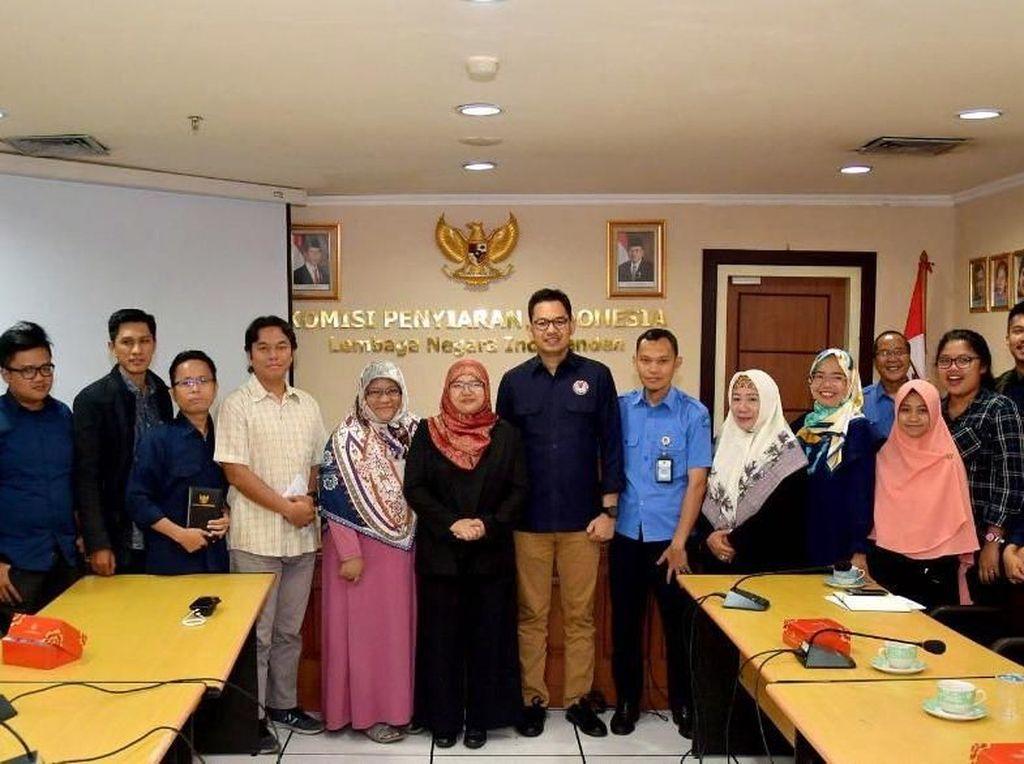Data dari Kementerian Komunikasi dan Informatika menunjukkan bahwa 143,26 juta penduduk Indonesia menggunakan internet, yang setara dengan 54,68% dari total populasi penduduk. Perkembangan teknologi harus dapat dimanfaatkan untuk menyosialisasikan kelembagaan KPI secara benar. Dengan penyampaian informasi yang benar, positif dan akurat, tentunya akan menumbuhkan kepercayaan masyarakat terhadap KPI sebagai lembaga negara yang menjadi representasi masyarakat dalam mengatur penyiaran, serta mendorong optimisme masyarakat untuk ikut serta mengawasi muatan siaran, demi meningkatkan kualitas penyiaran di negeri ini. Foto: dok. KPI