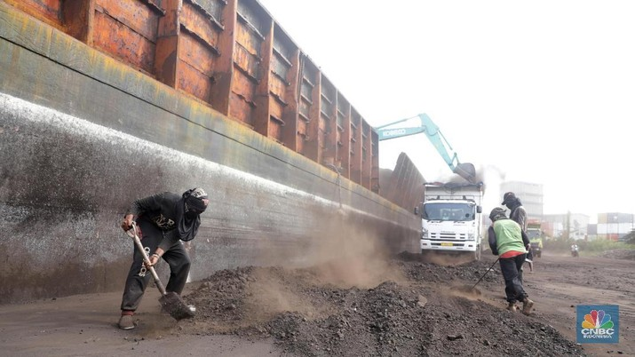 Aktifitas pekerja saat bongkar muat Batubara yang datang dari Batam di Pelabuhan KCN Cilincing,  Jakarta Utara, Kamis (12/4). Keputusan Menteri ESDM Nomor 1359K/30/MEM/2018 soal harga jual batubara untuk penyediaan tenaga listrik buat kepentingan umum, pemerintah menetapkan harga jual untuk PLTU US$70 per ton.  pemerintah juga menetapkan volume maksimal pembelian batubara untuk pembangkit listrik 100 juta ton per tahun atau sesuai kebutuhan batubara untuk pembangkit listrik.Jonan menegaskan, penetapan harga jual batubara untuk PLTU agar tarif tenaga listrik tetap terjaga demi melindungi daya beli masyarakat dan industri yang kompetitif. (CNBC Indonesia/Muhammad Sabki)