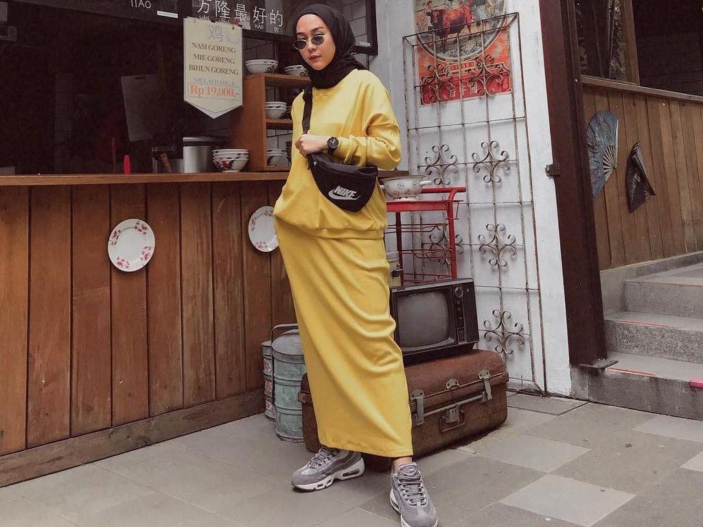 Foto: 12 Gaya Selebgram Hijab Pakai Dad Sneakers Kekinian