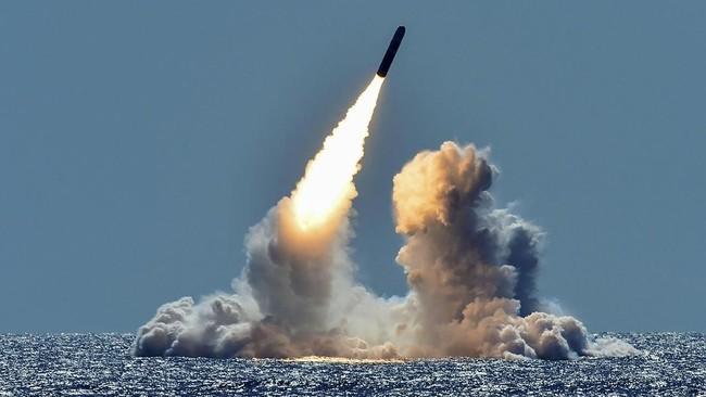 Uji coba rudal Trident II D5 dari kapal selam kelas Ohio milik Angkatan Laut Amerika Serikat, USS Nebraska di lepas pantai California, 26 Maret 2018. (US Navy/Mass Communication Specialist 1st Class Ronald Gutridge/Handout via REUTERS)