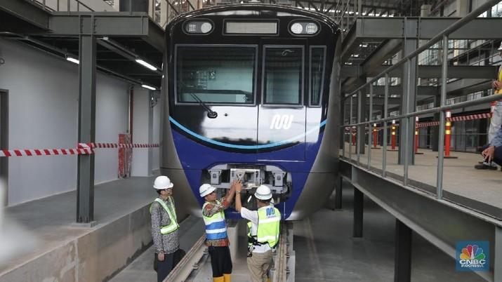 Gubernur Jakarta Anies Baswedan meninjau kereta MRT yang tiba di Lebak Bulus Jakarta, Kamis (12/4). Pengangkutan gerbong akan dilakukan malam hari agar tidak menganggu aktivitas lalulintas. satu rangkaian ada 12 gerbong. (CNBC Indonesia/Muhammad Sabki)