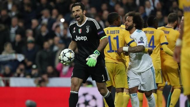 Michael Oliver mengusir Gianlugi Buffon karena melancarkan protes keras. Ini merupakan kartu merah pertama bagi Buffon di Liga Champions. (REUTERS/Susana Vera)