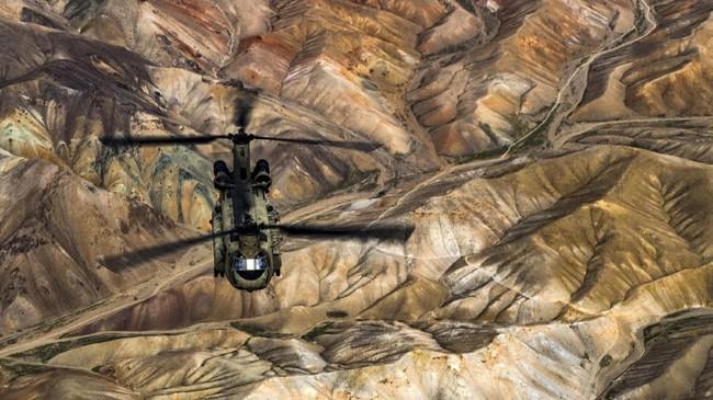Helikopter tempur CH-47F Chinook milik Angkatan Darat Amerika Serikat berlatih di Pangkalan Udara Bagram, Afghanistan, 26 Maret 2018. (US Air Force/Tech. Sgt. Gregory Brook/Handout via REUTERS)