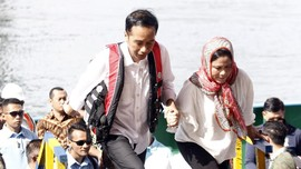 Sepercik Kemesraan Jokowi-Iriana di Jembatan Holtekamp Papua