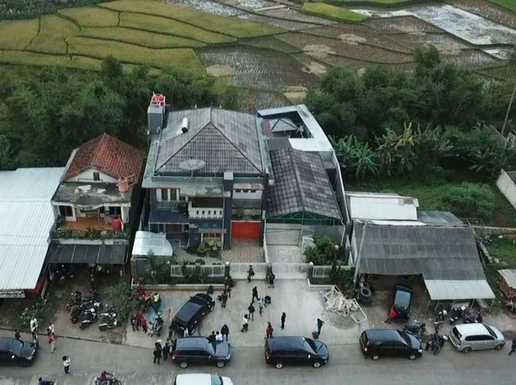 Meski berada di pinggir jalan, rumah Syamsudin jauh dari permukiman warga. (Foto: istimewa)