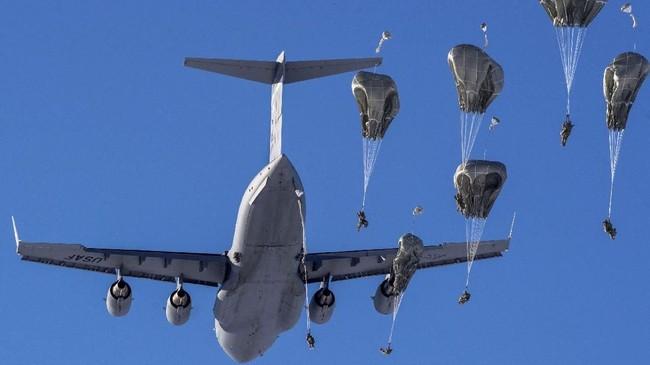 Pasukan Parasut Angkatan Darat Amerika Serikat melompat dari pesawat C-17 Globemaster III dalam latihan di Malemute Drop Zone, Pangkalan Udara bersama Elmendorf-Richardson, Alaska, 22 Maret 2018. (US Air Force/Alejandro Pena/Handout via REUTERS)