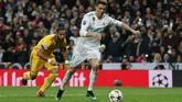 Cristiano Ronaldo yang menjadi eksekutor penalti menjalankan tugas dengan baik. Bola yang dilepaskan meluncur kencang ke gawang yang dijaga Wojciech Szczesny. (REUTERS/Susana Vera)