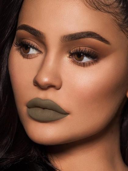 Lipstik Hijau Kylie Jenner Disamakan dengan Kotoran Bayi Hingga Shrek