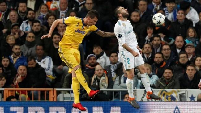 Memasuki menit ke-37 umpan silang Stephan Lichtsteiner dikonversi menjadi gol oleh Mandzukic. Juventus memimpin 2-0 hingga akhir babak pertama. (REUTERS/Paul Hanna)