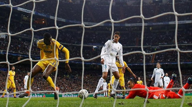 Kecerobohan Keylor Navas mengantisipasi bola kiriman Douglas Costa berujung pada gol Blaise Matuidi pada menit ke-60. Juventus menyamakan skor agregat menjadi 3-3. (REUTERS/Paul Hanna)