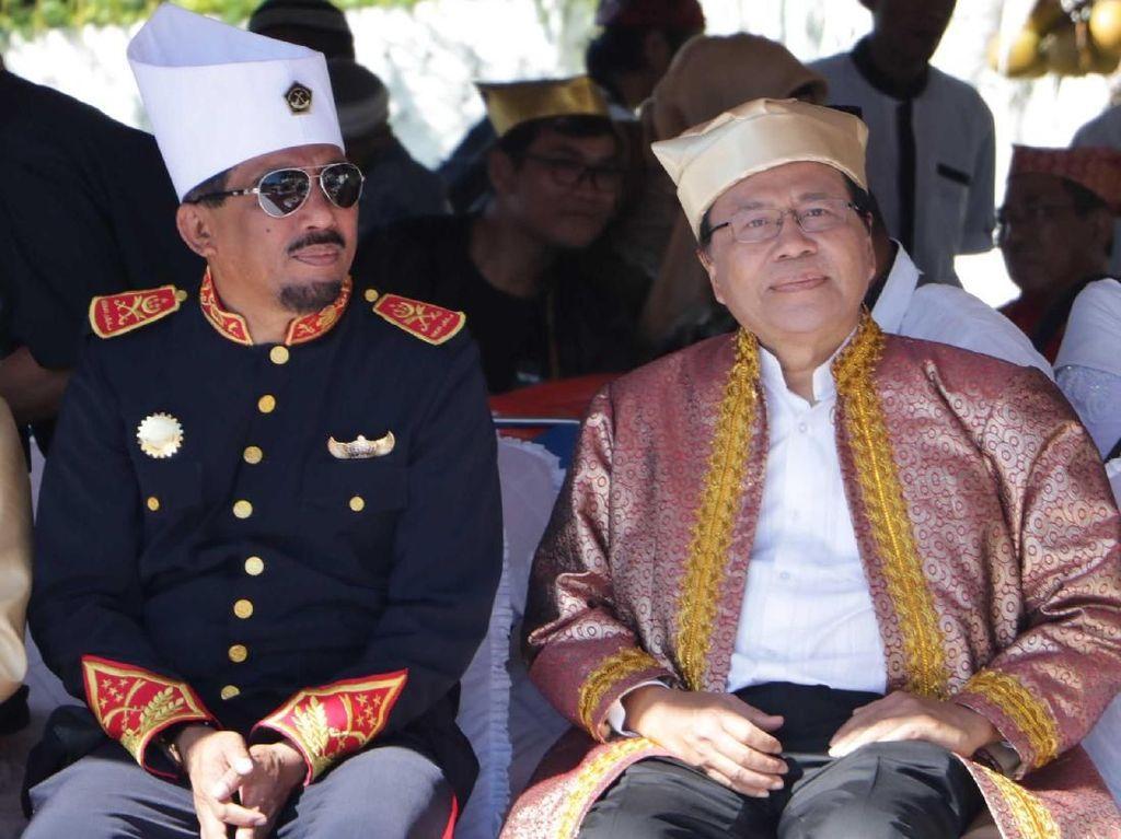 Rizal Ramli bersama Sultan Tidore Husain Syah saat menghadiri HUT ke 910 Kota Tidore di Kesultanan Tidore, Sulawesi Utara, Kamis (12/4). Pool/RR.
