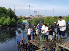 FOTO: Bos Pertamina Kunjungi Korban Minyak Tumpah Balikpapan