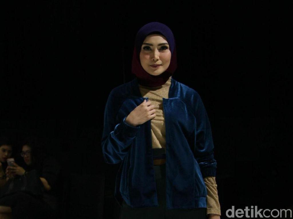 Potret Cantiknya Fenita Arie Tampil di Fashion Show Baju Muslim