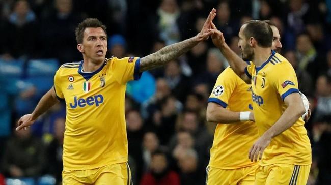 Ketertinggalan tiga gol langsung dipangkas Juventus ketika pertandingan baru berjalan dua menit. Mario Mandzukic berhasil mencetak gol memanfaatkan umpan Sami Khedira. (REUTERS/Paul Hanna)