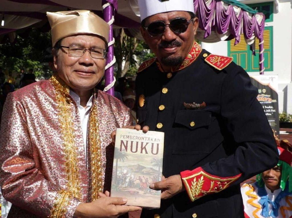 Rizal Ramli mendapatkan gelar kehormatan Ngofa Tidore dan baju adat kesultanan Tidore kepada serta hadiah Buku berjudul Pemberontakan Nuku karya Muridan Widjojo. Pool/RR.