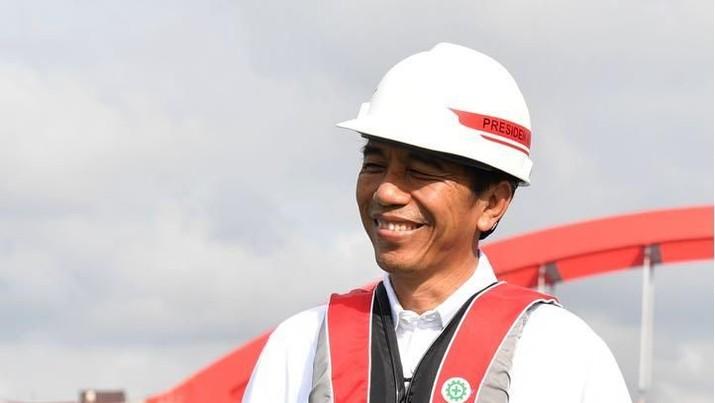 Pembangunan jembatan Holtekamp di Jayapura, Papua, yang diperkirakan akan selesai pada akhir 2018 diharapkan mampu memicu perekonomian di kawasan setempat. Demikian disampaikan Presiden Joko Widodo saat meninjau pembangunan jembatan Holtekamp pada Kamis, 12 April 2018. (Biro Pers Kepresidenan)