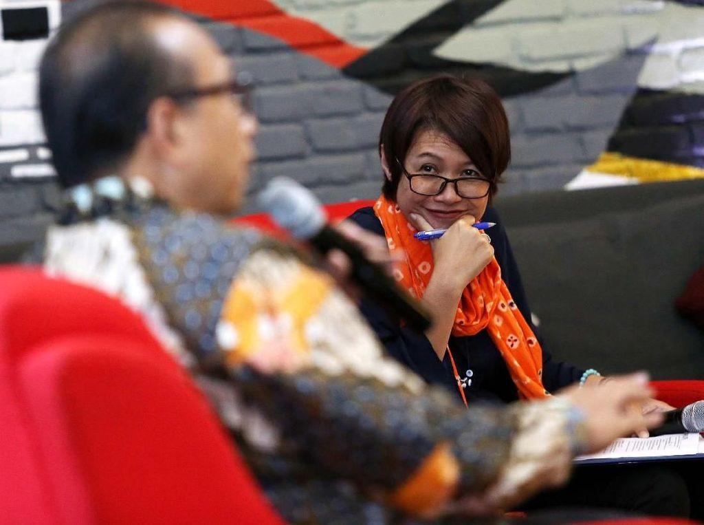Telehealth sendiri adalah pemanfaatan teknologi untuk mempermudah akses pelayanan kesehatan. Contoh, layanan konsultasi dengan dokter melalui fitur aplikasi di gadget, atau yang lebih canggih dengan transfer rekam medis pasien secara cepat dari satu pasien ke dokter melalui internet. Pool/Philips Indonesia.