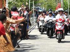 FOTO: Mesranya Jokowi dan Iriana Boncengan di Asmat