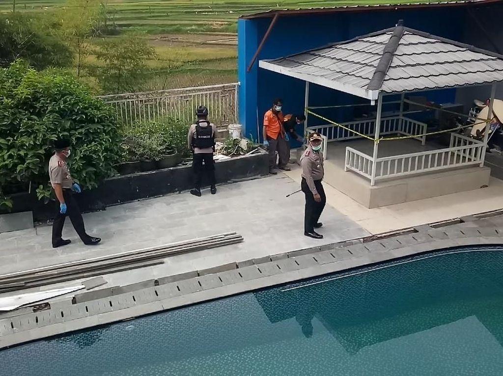 Garis polisi dipasang di rumah Syamsudin (Foto: Wisma Putra/detikcom)