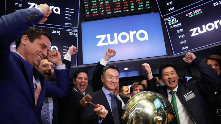 Founder and CEO of Zuora, Tien Tzuo, takes part in the company's IPO on the floor of the New York Stock Exchange shortly after the opening bell in New York, U.S., April 12, 2018.  REUTERS/Lucas Jackson