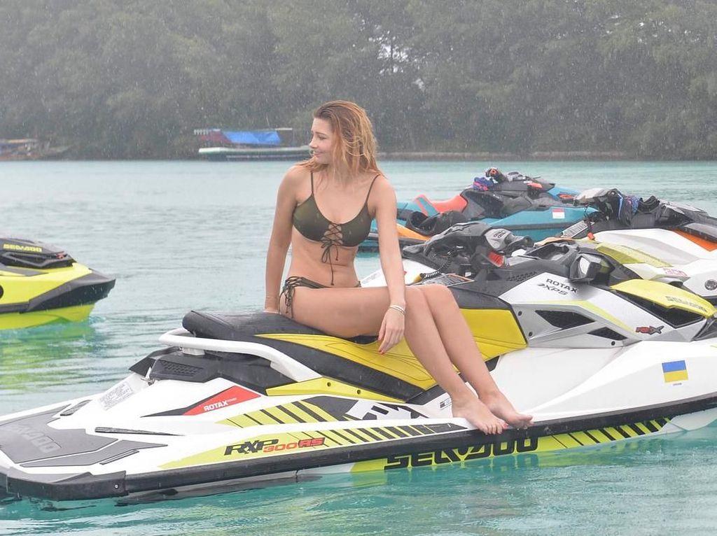 Foto: Gaya Sporty Seksi Finalis Miss Universe Main Jet Ski di Pulau Seribu